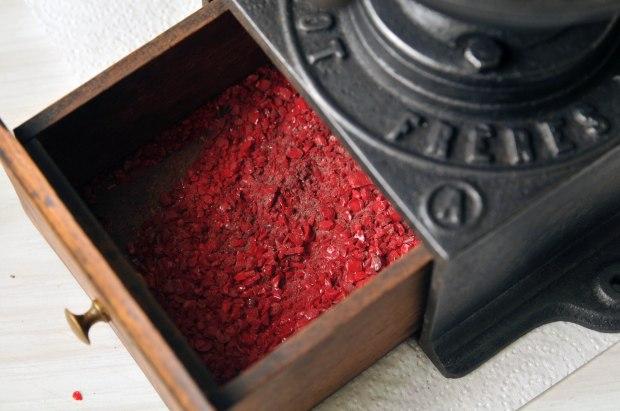 Ouvrez le tiroir avec attention, la poussière de verre va s'échapper. Versez le contenu du tiroir dans un bol d'eau afin de nettoyer les granules puis transvasez la fritte de verre sur des feuilles d'essuie tout.