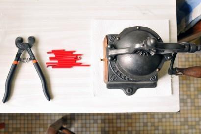 Récupérez les chutes de baguettes de verre, munissez vous d'une pince coupe verre à disque et du moulin à café.