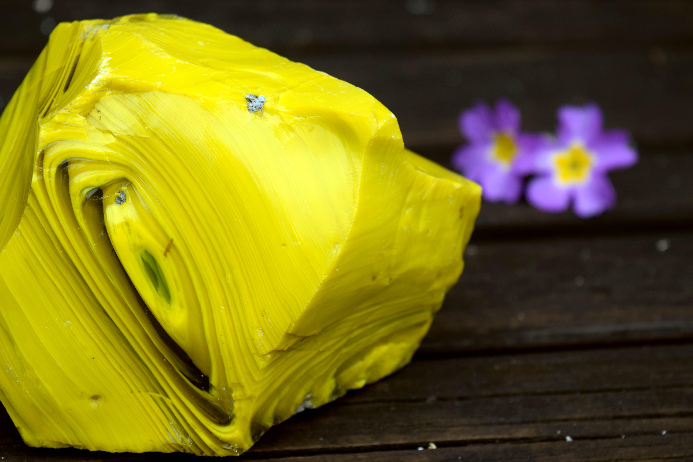 bloc-de-verre-jaune-fond-de-creuset